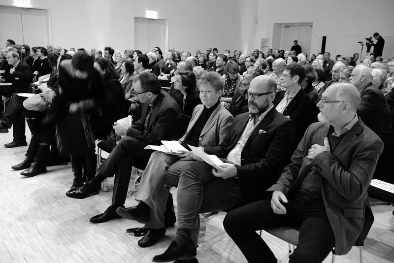 Zur Preisverleihung sprachen u.a. auch: Dr. Thomas Köhler, Direktor der Berlinischen Galerie, Petra Pau, Vizepräsidentin des Deutschen Bundestages, Dr. Florian Weis, geschäftsführendes Vorstandsmitglied der RLS (2.-4. v.r., Foto: Ulli Winkler)