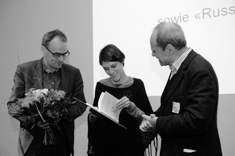 Die Preisträgerin in der Kategorie Olga Jitlina mit Dr. Florian Weis und Dr. Eckhart Gillen (Foto: Ulli Winkler)