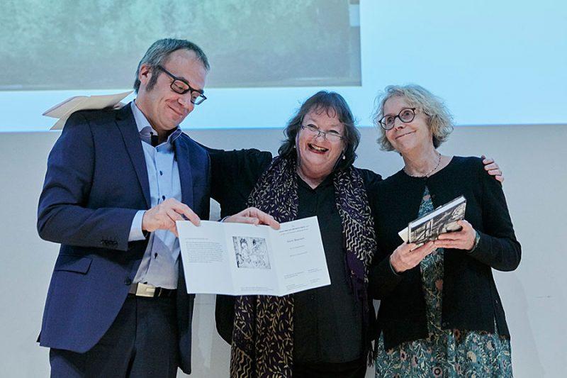 Florian Weis, Dorit Bearach und Kathleen Krenzlin bei der Übergabe der Preisurkunde, Foto: © Orla Conoll